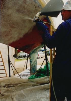 Einsprühen des Unterwasserschiffs mit einem Abbeizer