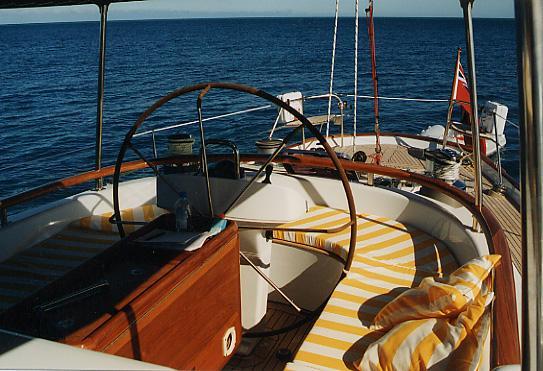 Blauwasserboot mit ringsum geschützter Mittelplicht