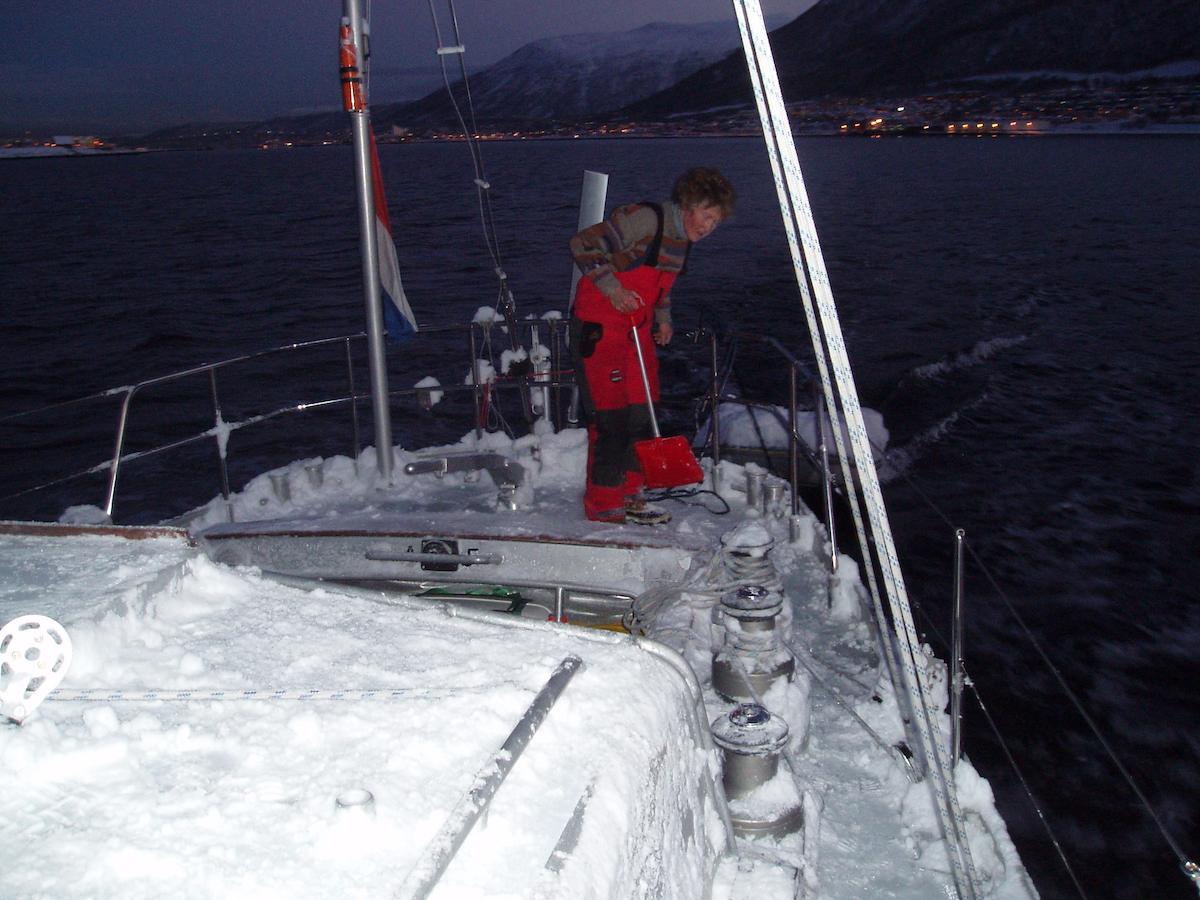 Mit der passenden Partnerin und einem geeigneten Schiff gelingt auch der Winterurlaub an Bord