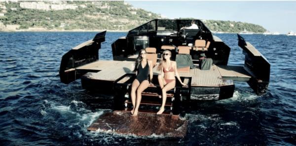 Die Badeanzüge passen farblich zum Boot