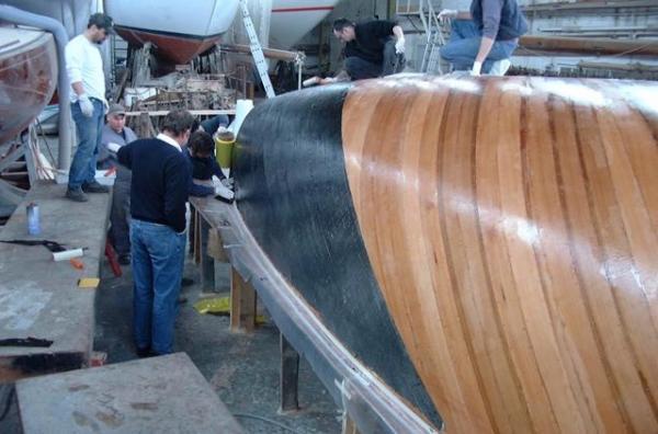 Stand der Bootsbautechnik in den Achtzigerjahren war der Materialmix aus Holz und Karbon