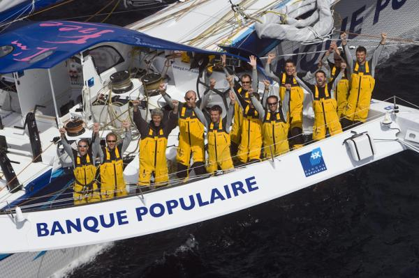 Pascal Bidegorry mit Crew auf dem 131 Fuß Trimaran Banque Populaire V»