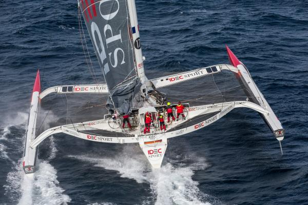 Der Trimaran IDEC Sport während seiner Rekordfahrt  mit Crew um die Welt