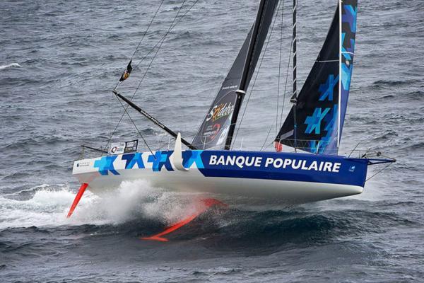 Die IMOCA Banque populaire, mit Skipper Armel le Cleac'h Sieger bei der letzten Vendée Globe und Rekordhalterin bei den Monorumpf-Einhand-Nonstop-Weltumseglungen