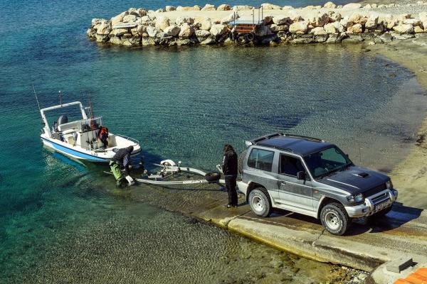 Tolles Gespann für die Freiheit auf dem Wasser: ein trailerbares Boot mit Aussenbordmotor