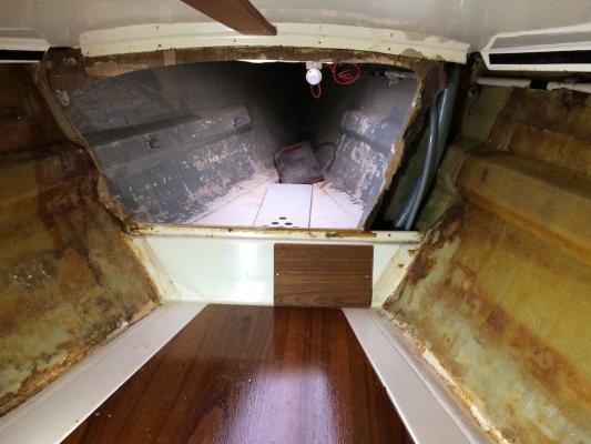 Blick durch das ausgeräumte Vorschiff in den Ankerkasten