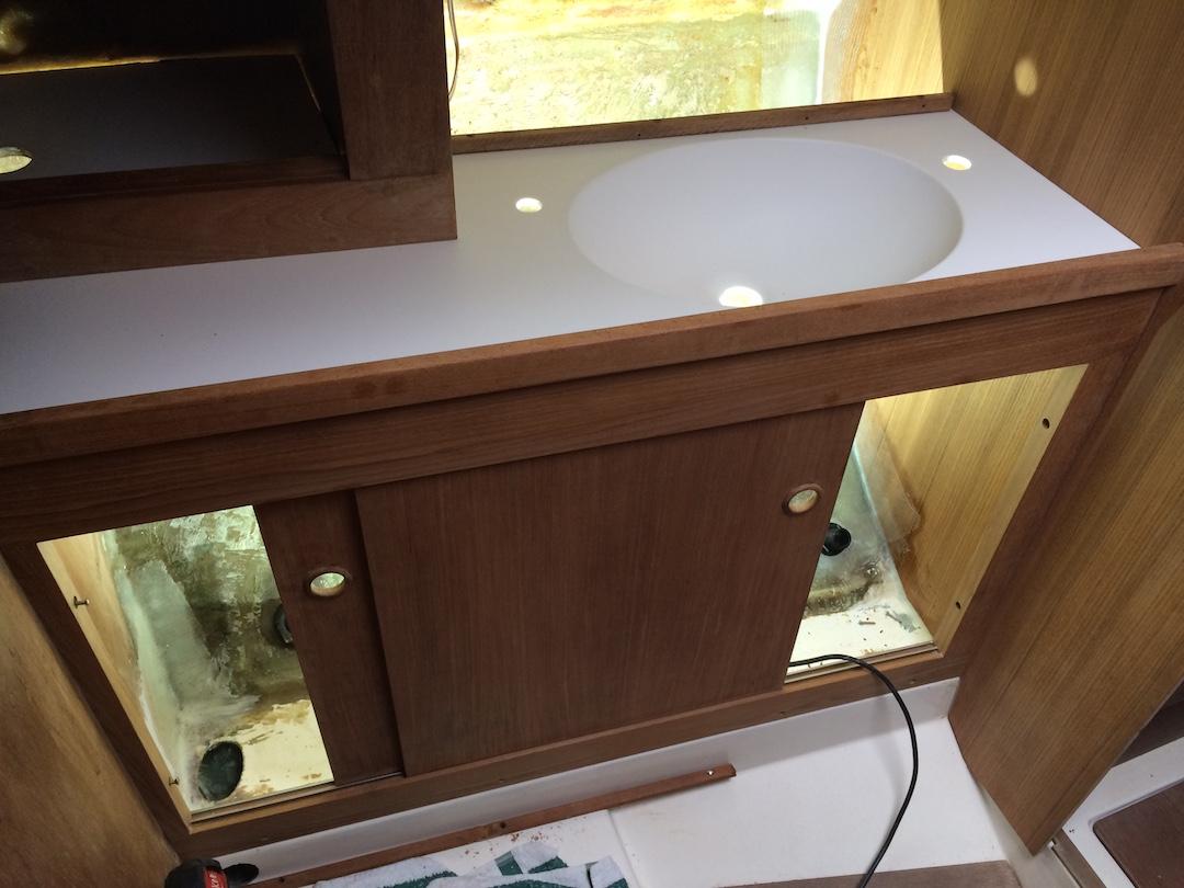 Das Bad mit dem schicken Waschtisch aus Corian