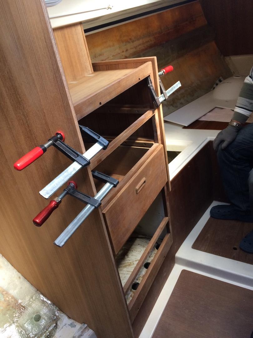 Einbau des Schubladenschranks im Vorschiff