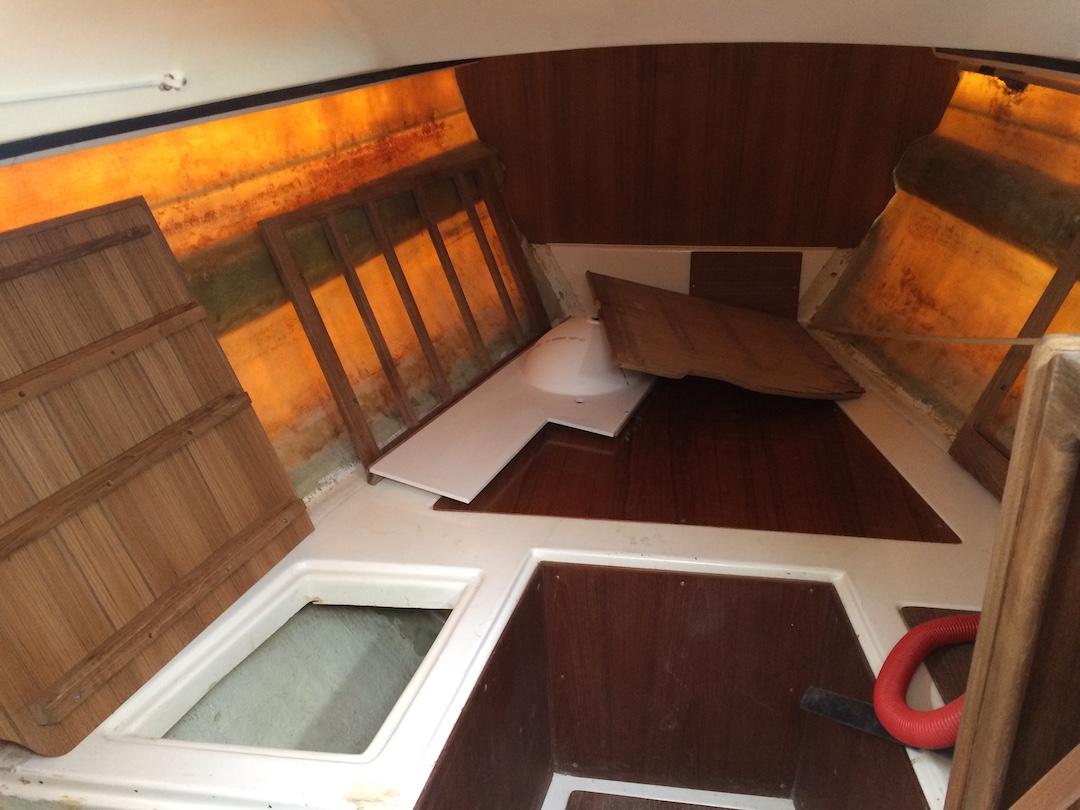 Im Vorschiff liegen die neuen Teile für das Bad