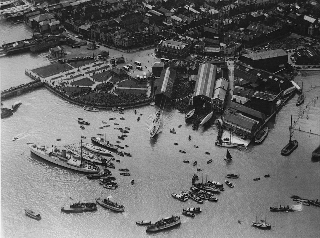 Stapellauf des America's Cuppers «Endeavour» 1934 in Gosport