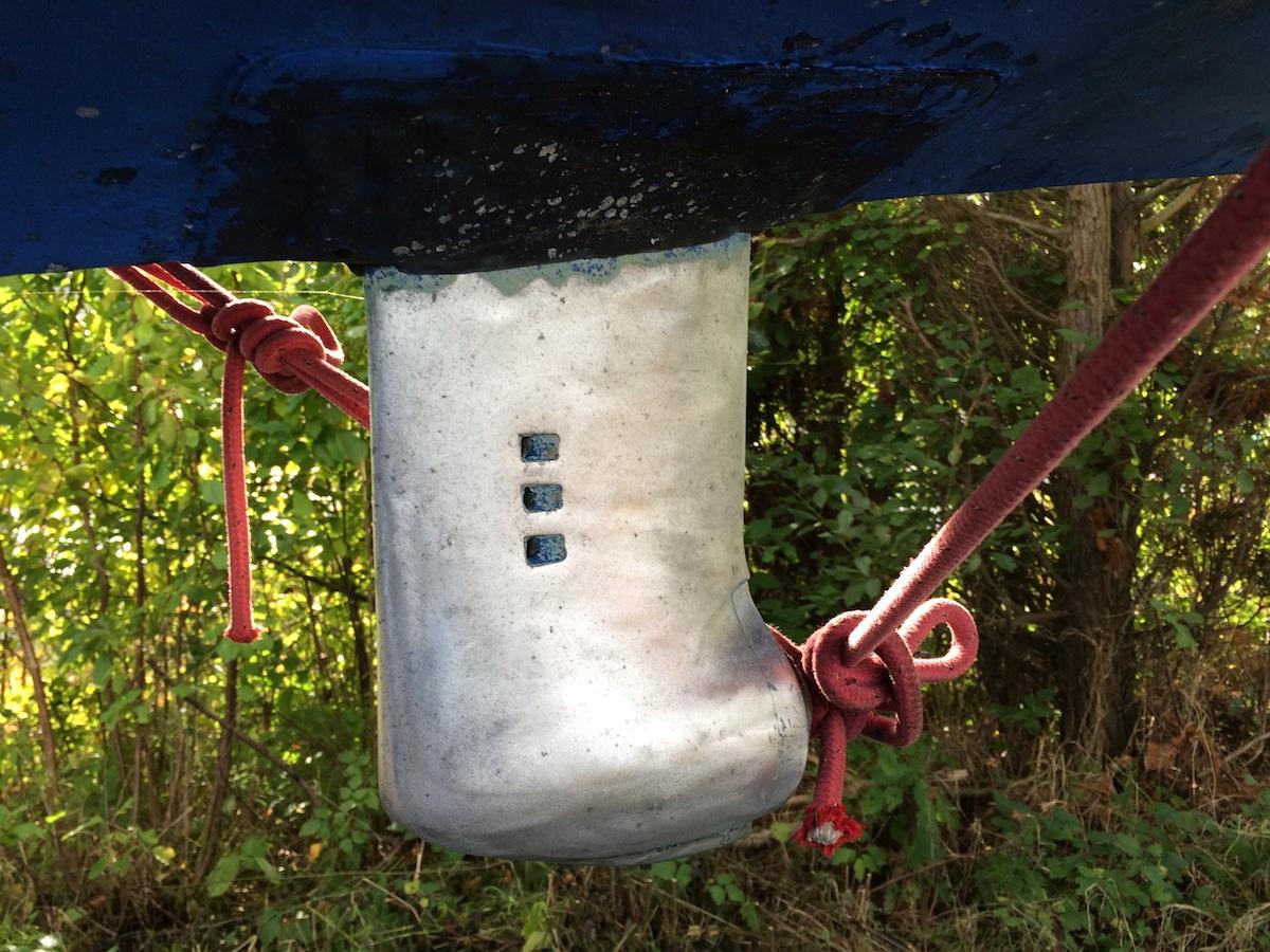 Geschliffenes Saildrive-Getriebe, fertig zum primern und Antifouling malen