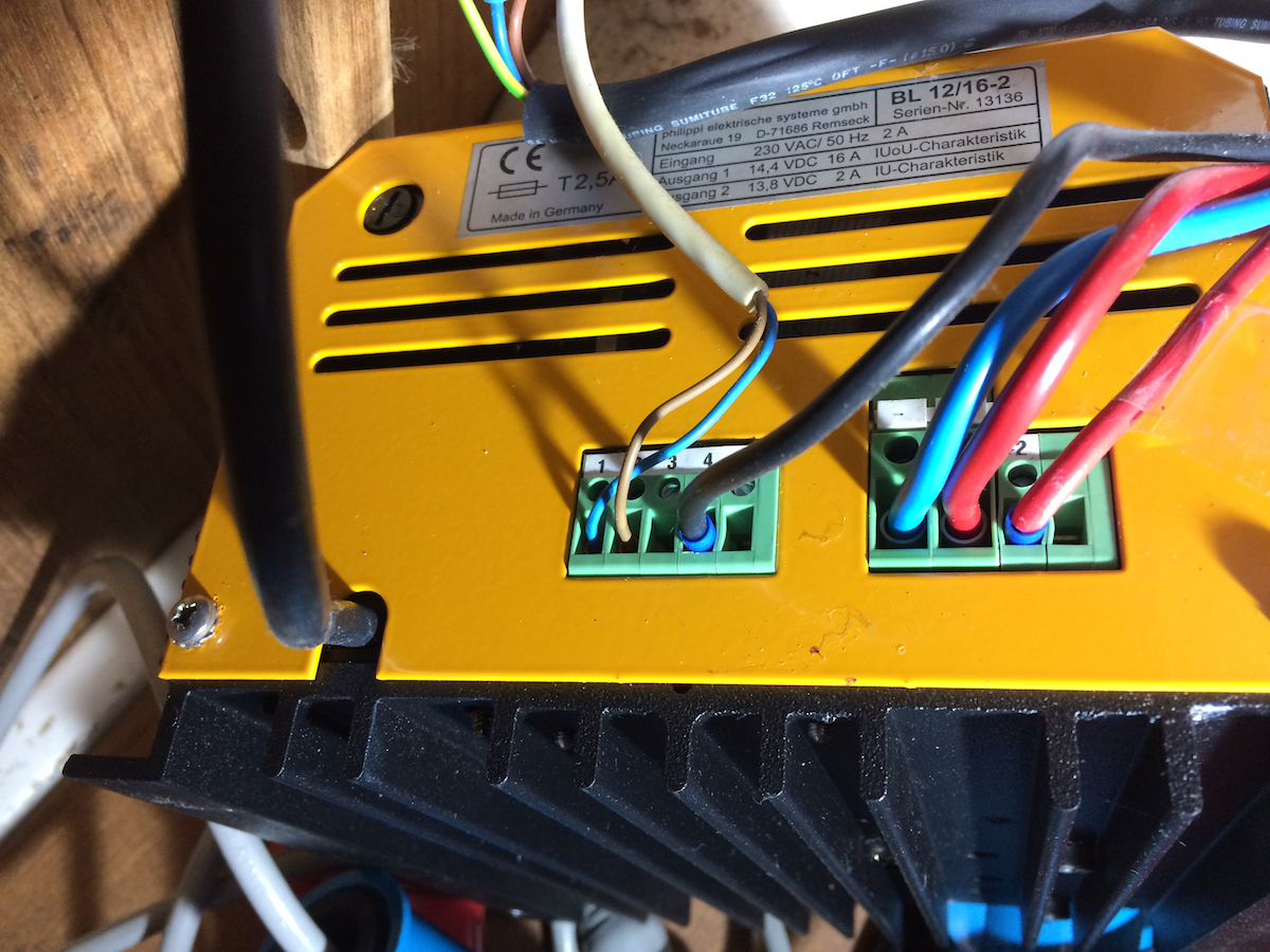 Rechtzeitiger Ausbau des Batterieladegeräts zur Reparatur während der Wintermonate
