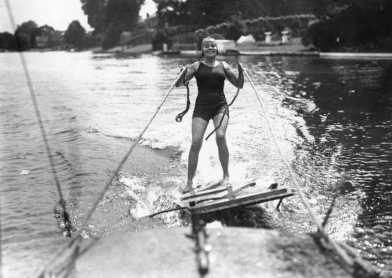 «Aquaplaning» auf einer Klotüre? Aufnahme aus den Zwanzigerjahren des letzten Jahrhunderts